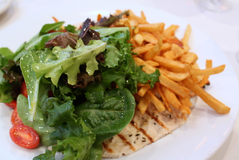 chicken with salad and frites